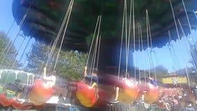 El carrusel del chairoplane en el festival del funfair en un parque almacen de video
