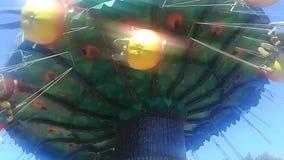 El carrusel del chairoplane en el festival del funfair en un parque almacen de metraje de vídeo