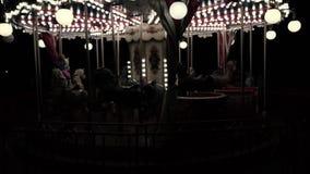 El carrusel en el parque en la noche almacen de metraje de vídeo