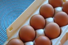 El cartón de frech eggs en el primer y la top-vista 2 foto de archivo