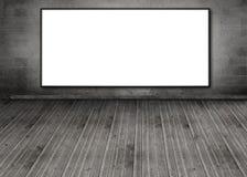 El cartel blanco del espacio de la copia colgó en una pared de ladrillo Foto de archivo libre de regalías