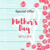 El cartel feliz de la venta del día de madre con el pétalo subió diseño en la textura de madera Fondo de madera realista con pala ilustración del vector