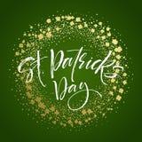 El cartel feliz del saludo del día de Patricks del santo con el texto de las letras y el trébol de oro del brillo se va Ilustraci Foto de archivo