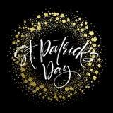 El cartel feliz del saludo del día de Patricks del santo con el texto de las letras y el trébol de oro del brillo se va Ilustraci Fotos de archivo libres de regalías