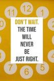 El cartel inspirado no espera El tiempo nunca apenas correcto fotos de archivo libres de regalías