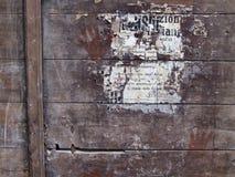 El cartel queda orientado superficie de madera Fotos de archivo
