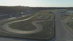El carting karting de la raza 4k del asfalto del vuelo del abejón de la pista de carro del verano metrajes