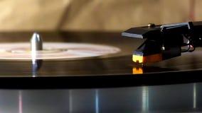 el cartucho de Cabeza-SHELL está en un disco de vinilo giratorio Disco de vinilo de giro en la placa giratoria estérea análoga