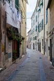 El caruggi, los callejones del puerto deportivo de Albissola, Savona en Liguria imagen de archivo libre de regalías