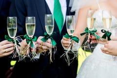El casarse adornado casandose los vidrios Imagen de archivo