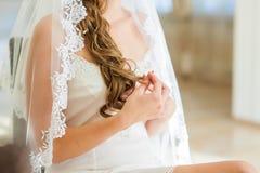 El casarse de las manos de la novia Foto de archivo libre de regalías