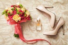 El casarse determinado de ramo nupcial, de los zapatos blancos y del perfume Fotografía de archivo libre de regalías