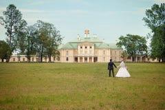 Novio y la novia en el palacio imagen de archivo libre de regalías