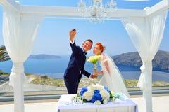 El casarse en Santorini imagenes de archivo