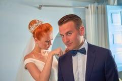El casarse en Santorini foto de archivo
