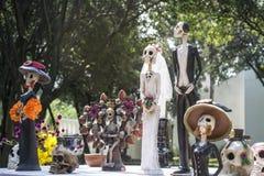 El casarse entre la novia y el novio Foto de archivo libre de regalías