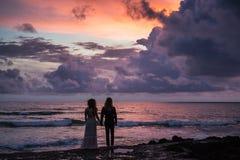 El casarse lovestory, apenas pareja casada cerca del océano en la puesta del sol Imágenes de archivo libres de regalías
