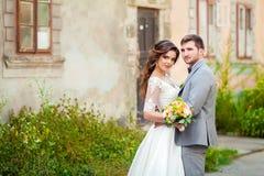 El casarse: novia y novio hermosos en el parque en un día soleado foto de archivo libre de regalías