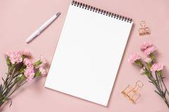 El casarse para hacer la lista con las flores Endecha del plano del planificador de la maqueta imágenes de archivo libres de regalías