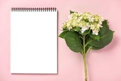 El casarse para hacer la lista con las flores Endecha del plano del planificador de la maqueta foto de archivo