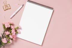 El casarse para hacer la lista con las flores Endecha del plano del planificador de la maqueta foto de archivo libre de regalías