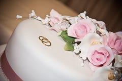 El casarse, torta con los anillos Imagen de archivo