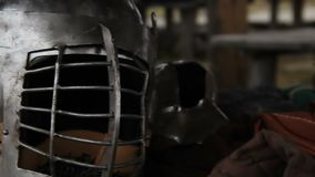 El casco de acero y la armadura del caballero medieval se prepararon para la campaña militar metrajes