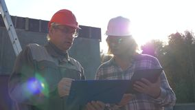 El casco de And Designer In del constructor discute la construcción según proyecto del plan metrajes