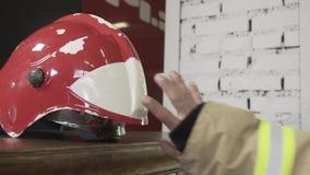 El casco del bombero en la tabla almacen de metraje de vídeo