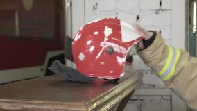 El casco del bombero en la tabla metrajes