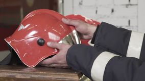 El casco del bombero en la tabla almacen de video