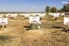 El casco del soldado en un sepulcro del soldado soviético Stalingrad, Ru imagen de archivo