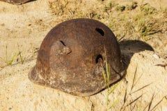 El casco del soldado en un sepulcro del soldado soviético Stalingrad, Ru foto de archivo