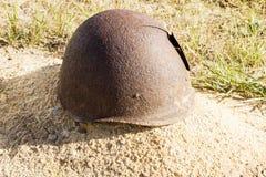 El casco del soldado en un sepulcro del soldado soviético Stalingrad, Ru foto de archivo libre de regalías