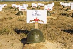 El casco del soldado en un sepulcro del soldado soviético Stalingrad, Ru imágenes de archivo libres de regalías