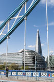 El casco, enmarcado por el puente de Londres Foto de archivo libre de regalías