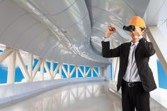 El casco que lleva y la mano del constructor profesional aparecen imágenes de archivo libres de regalías