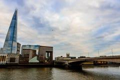 El casco y el puente de Londres Foto de archivo libre de regalías