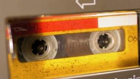 El casete audio amarillo del vintage en la grabadora que juega y gira almacen de video