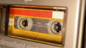 El casete audio amarillo del vintage en la grabadora que juega y gira metrajes