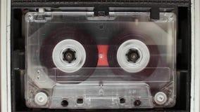 El casete audio del vintage en la grabadora gira almacen de video