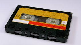 El casete audio gira en el fondo blanco almacen de video