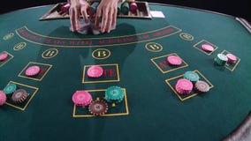 El casino da tarjetas de mezcla del crupié en el juego de póker de la tabla Cámara lenta Cierre para arriba metrajes