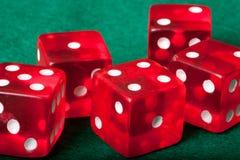El casino de cinco rojos corta en cuadritos Imagenes de archivo