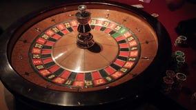 El casino de juego roulette tierras de giro de la bola en el número 11 secuencia almacen de metraje de vídeo
