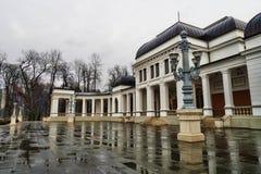 El casino en la lluvia en Cluj Napoca, Rumania fotos de archivo
