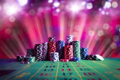 El casino salta con la iluminación dramática y la lente señala por medio de luces Foto de archivo