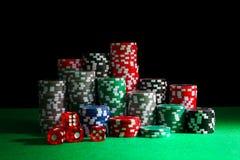 El casino salta y corta en cuadritos en la tabla verde fotografía de archivo libre de regalías