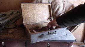 El caso polvoriento viejo puesto hombre caucásico en la tabla de madera y la abre almacen de video