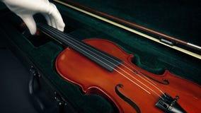 El caso se abre y se saca el violín almacen de video
